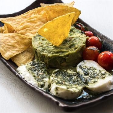 Ensalada-de-guacamole-mozzarella-tomatitos-con-pesto-y-totopos-de-maiz